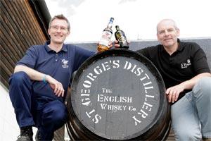 David Fitt, Maître Distillateur à la St. George's Distillery et  Mark Slater, Maître Brasseur à la St. Peter's Brewery,