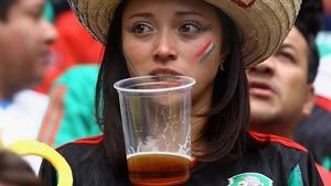 Supportrice mexicaine et sa bière