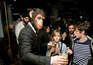 Les Monkey Crashers servent les cocktails