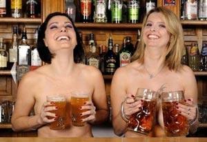 Les clientes d'un pub posent nues