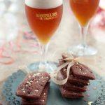 Financiers au chocolat et aux marrons avec une bière de Noël ambrée