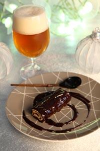 Mini bûche en robe de chocolat noir et bière de Noël ©Sonia Ezgulian / Brasseurs de France