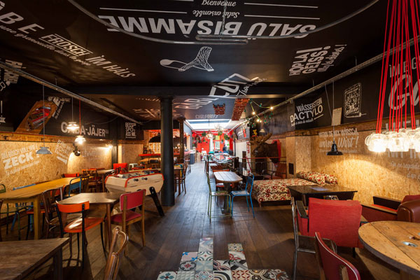 Le Troquet des Kneckes à Strasbourg  remet la culture et la gastronomie alsaciennes à l'honneur.