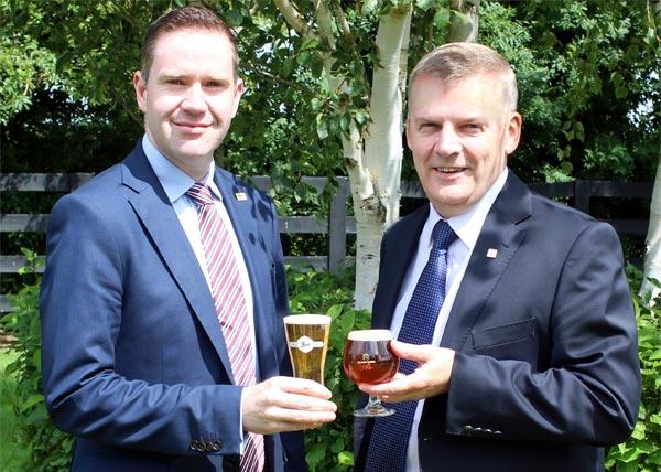 De gauche à droite, Conor Farrell, ex Cumberland Breweries Ltd. désormais Directeur des Ventes Europe d'Alltech Beverage Division, trinquant avec Kevin Tuck, Directeur général d'Alltech Irlande