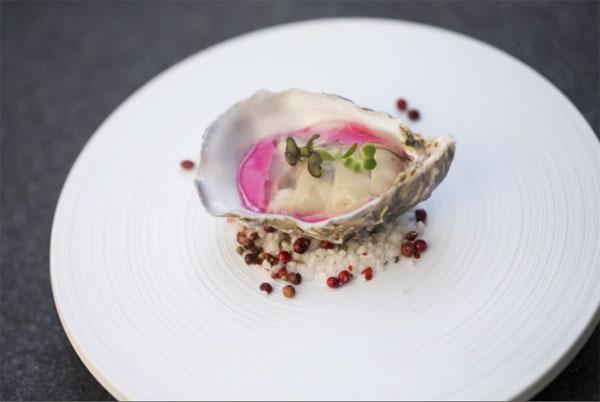 Huitre spéciale Bavaroise de betterave au vinaigre de framboise  Gelée d'eau de mer