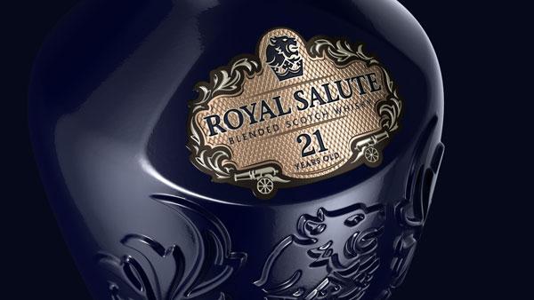 Détail de la nouvelle bouteille du whisky Royal Salute de Chivas