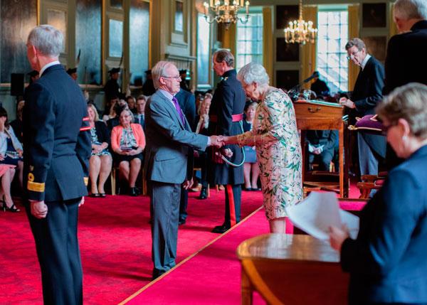 David Stewart décoré par la Reine Elizabeth II