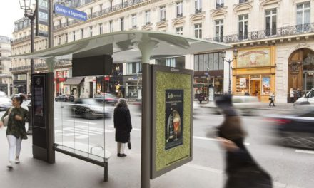Leffe met du houblon dans les Abribus parisiens