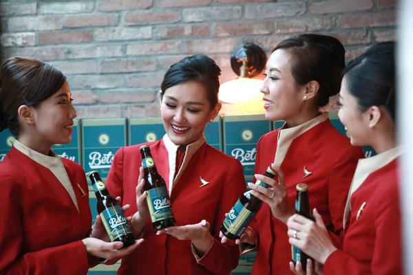 La  Betsy Beer et les charmantes hôtesses de la Cathay Pacific