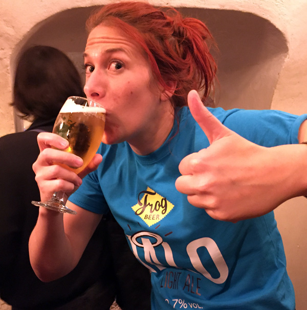 Kate Hyde (FrogPubs) apprécie la Halo Light Ale de Frog Beer