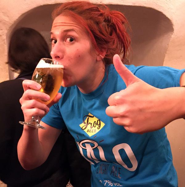 Kate Hyde (FrogPubs) apprécie la Halo Light Ale de Frog Beer