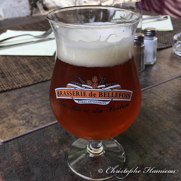Boire un verre de bière de Brasserie de Bellefois en terrasse