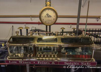 The BenRiach Distillery. Suberbe coffre à alcool et la pendule Clos Vougeot