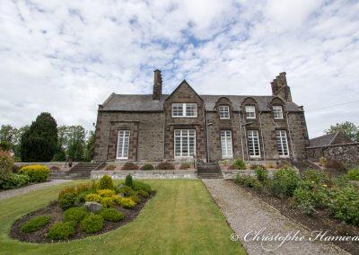 La maison de The GlenDronach Distillery vue du jardin