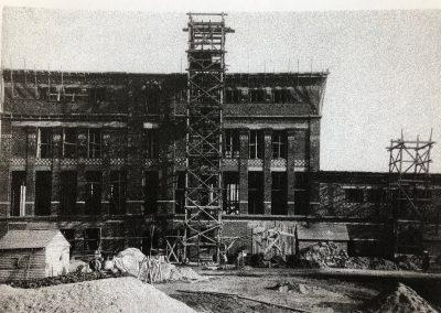 Le bâtiment en construction en 1920