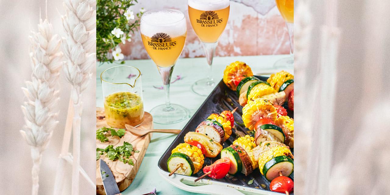 Brochettes de légumes d'été vinaigrette aux herbes et à la bière